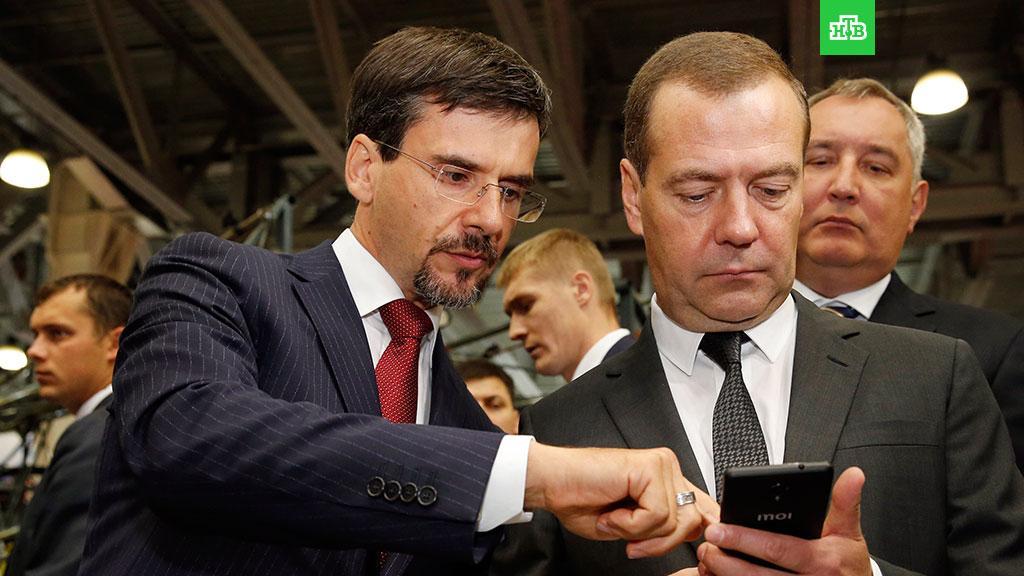 НТВ – Медведеву подарили на выставке российский смартфон